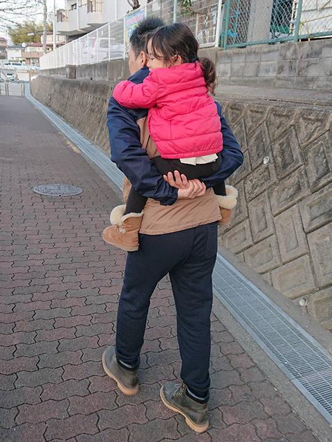 子供をおんぶして散歩